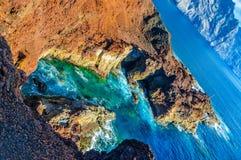 Skały na północnego zachodu wybrzeżu Tenerife blisko Punto Teno latarni morskiej Zdjęcie Stock
