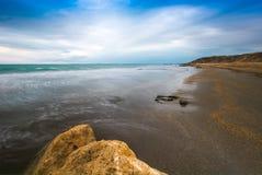 Skały na wybrzeżu, opróżniają plażę, zimno Fotografia Royalty Free