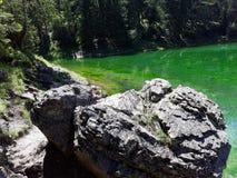 Skały obok zielonego jeziora w Austria obrazy royalty free