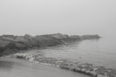Skały plażą na mgłowym dniu - akcyjna fotografia Obraz Royalty Free