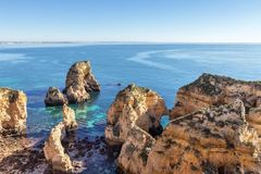 Skały plaże miasto Luz, plażowy Senhora da Rocha obrazy royalty free