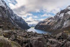 Skały przy końcówką Fjord w zimie obrazy stock