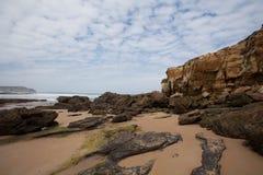 Skały przy plaży i wybrzeża krajobrazami Zdjęcie Stock
