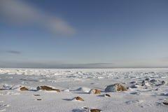 Skały w śniegu pod niebieskim niebem w arktycznym, północ Arviat Zdjęcia Royalty Free