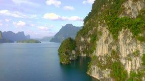 Skały w Cheow Lan jeziorze
