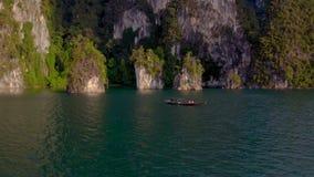Skały w Cheow Lan jeziorze zbiory wideo