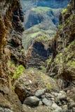 Skały w Masca wąwozie, Tenerife, pokazuje tężeć powulkaniczne lawowe spływowe warstwy i łękowatą formację Wąwozu lub barranco pro obraz royalty free