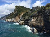 Skały w Włoskim morzu, kasztel zdjęcia royalty free
