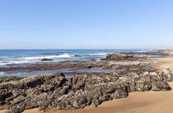 Skały Wystawiać przy Niskim przypływem, Umdloti plaża Durban Południowa Afryka Obraz Stock