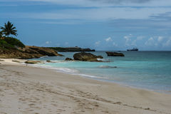 Skały wzdłuż białego piaska oceanu w Anguilla i plaży, Brytyjscy Zachodni Indies, BWI, Karaiby Obrazy Stock