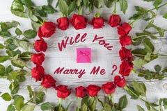 Ska du att gifta sig mig text med rosor och gåvaasken Fotografering för Bildbyråer
