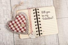 Ska du vara min Valentine Text i öppen fodrad anteckningsbok, och två uppvaktar Fotografering för Bildbyråer