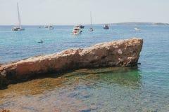 Skała i jachty w dennej zatoce Mallorca, Hiszpania Zdjęcia Stock