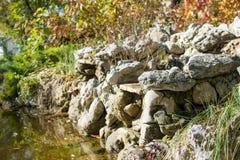 Skała i jezioro w parku Fotografia Royalty Free