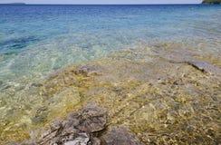 skały jasna woda Zdjęcie Royalty Free