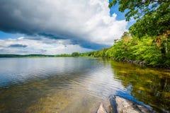 Skały na brzeg Massabesic jezioro w Kasztanowym, New Hampshire Obraz Royalty Free