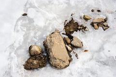 Skały w lodowatej rzece obraz stock