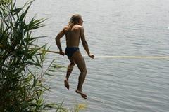 Skackline au-dessus de l'eau photographie stock libre de droits