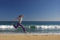 skaczący na plaży Obrazy Royalty Free