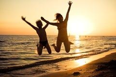 skaczący na plaży Fotografia Royalty Free