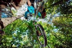 Skacze i lata na rowerze górskim nad kamera Zdjęcia Royalty Free