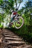 Skacze i lata na rowerze górskim nad schodki Fotografia Royalty Free