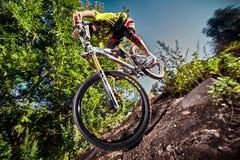 Skacze i lata na rowerze górskim w parku Fotografia Stock