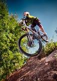 Skacze i lata na rowerze górskim w plenerowym Zdjęcie Royalty Free
