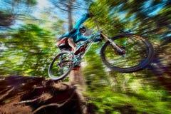 Skacze i lata na rowerze górskim w ruchu Obrazy Royalty Free