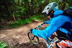 Skacze, lata na rowerze górskim i zamyka up, Zdjęcia Stock
