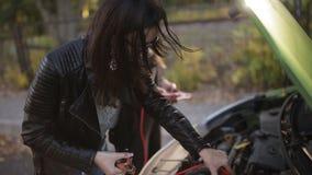 Skacze Zaczynać samochód, szczegółu kable ładuje nieżywą baterię materiał filmowy zbiory