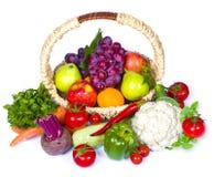 Skład owoc i warzywo w łozinowym koszu Fotografia Royalty Free