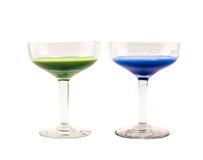 Skład zmroku - błękitni i zieleni barwioni koktajle na białym tle Zdjęcia Royalty Free