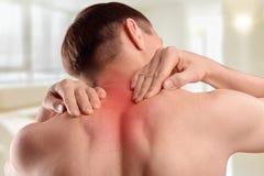 Skada av den cervikala ryggen Smärta i halsen och dra tillbaka Royaltyfria Bilder