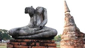 Skada Buddhastatyn på vit bakgrund, pagodbakgrund, Tha Arkivfoton