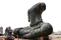 Skada Buddhastatyn på vit bakgrund, sid skottet, Thailand Royaltyfri Fotografi