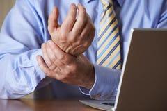Skada för affärsmanSuffering From Repetitive belastning (RSI) arkivbild