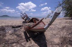 skada fallna skogstormtrees Fiskeb?ten skadas Fartyget kollapsade royaltyfria bilder