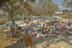 Skada och skräp för livstidkvinnainvånare slogg granskande framme av hennes hus vid orkanen Ivan i Pensacola Florida arkivbild