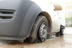 Skada på gummihjulet av den vita bilen fotografering för bildbyråer