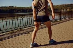 Skada som sträcker, blåmärke på ett inkört en löpare arkivfoton