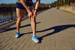 Skada som sträcker, blåmärke på ett inkört en löpare royaltyfria bilder