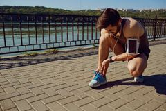 Skada som sträcker, blåmärke på ett inkört en löpare arkivbild