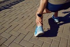 Skada som sträcker, blåmärke på ett inkört en löpare royaltyfri foto