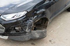 Skada till framhjulet och stötdämparen i en olycka arkivbilder