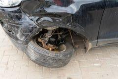 Skada till framhjulet och stötdämparen i en olycka arkivfoton
