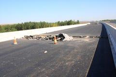 Skadad asfaltväg Arkivbilder