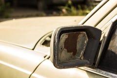 Skadad backspegel en bil Arkivfoto