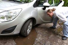 Skadad bil av vägen mycket av spruckna gropar i trottoar Royaltyfri Bild