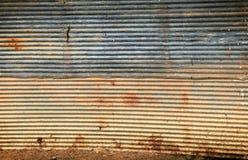 Skadad korrugerad metallbakgrund Royaltyfria Foton